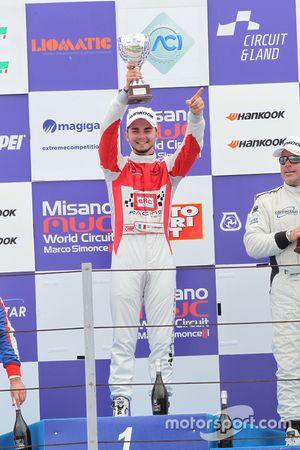 Il vincitore Alberto Viberti, BRC Racing Team, festeggia sul podio di Gara 2