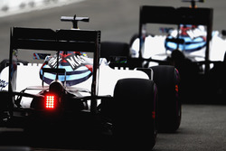 Valtteri Bottas, Williams FW38, devant Felipe Massa, Williams FW38, en sortant des stands