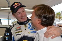 Яри-Матти Латвала и руководитель Volkswagen Motorsport Йост Капито