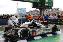 Coche de los ganadores de la carrera #2 Porsche Team Porsche 919 Hybrid: Romain Dumas, Neel Jani, Ma
