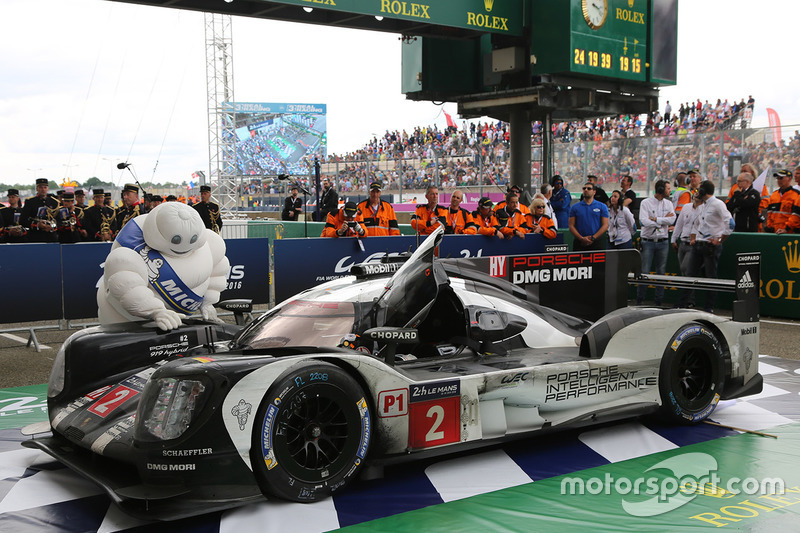 Coche de los ganadores de la carrera #2 Porsche Team Porsche 919 Hybrid: Romain Dumas, Neel Jani, Marc Lieb en parc fermé