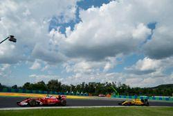 Себастьян Феттель, Ferrari SF16-H и Кевин Магнуссен, Renault Sport F1 Team RS16