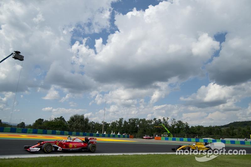 Sebastian Vettel, Ferrari, SF16-H; Kevin Magnussen, Renault Sport F1 Team, RS16