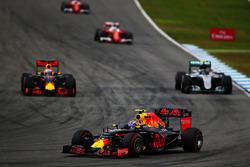 Daniel Ricciardo, Red Bull Racing RB12, Nico Rosberg, Mercedes AMG F1 W07 Hybrid en Max Verstappen,