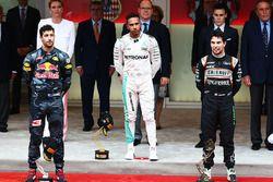 Podium: juara lomba Lewis Hamilton, Mercedes AMG F1, peringkat kedua Daniel Ricciardo, Red Bull Racing, peringkat ketiga Sergio Perez, Sahara Force India