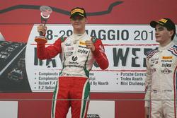 Podio carrera 2: ganador Mick Schumacher, Prema Power Team, tercer lugar Job Van Uitert, Jenzer Motorsport