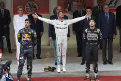 Podium : Daniel Ricciardo, Red Bull Racing, second ; Lewis Hamilton, Mercedes AMG F1, vainqueur ; Sergio Perez, Sahara Force India F1, troisième