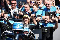 Le deuxième, Nicolo Bulega, Sky Racing Team VR46 fête sa victoire avec l'équipe