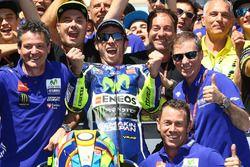 Победитель - Валентино Росси, Yamaha Factory Racing празднует с командой в закрытом парке