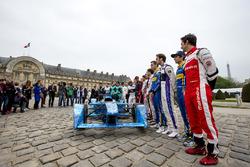 Pilotos posan con la decoración de iceberg en un coche de Fórmula E que será subastado para recaudar