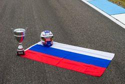 The Russian flag, avec le casque et le trophée remporté par Sergey Sirotkin, ART Grand Prix, à Budapest