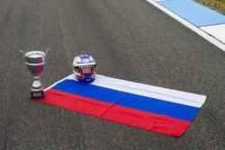 علم روسيا وجائزة سباق المجر وخوذة سيرغي سيروتكين، آرت غران بري