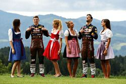 Daniel Ricciardo, Red Bull Racing, et Max Verstappen, Red Bull Racing avec des Formula Una Girls