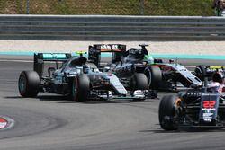 Nico Rosberg, Mercedes AMG F1, W07 Hybrid, und Nico Hülkenberg, Sahara Force India F1, VJM09