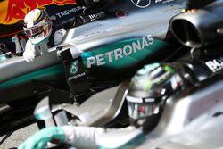 Il poleman Lewis Hamilton, Mercedes AMG F1 W07 Hybrid nel parco chiuso con il compagno di squadra Ni
