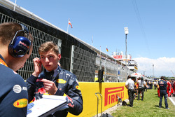 Max Verstappen, Red Bull Racing avec Gianpiero Lambiase, Ingénieur Red Bull Racing sur la grille