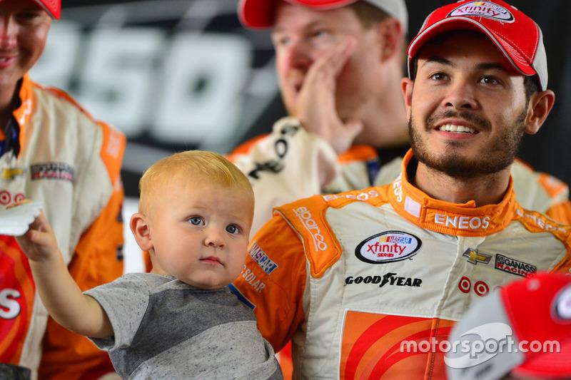Ganador de la carrera Kyle Larson, Chip Ganassi Racing Chevrolet con su hijo Owen