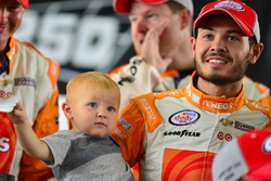 Race winner Kyle Larson, Chip Ganassi Racing Chevrolet with son Owen