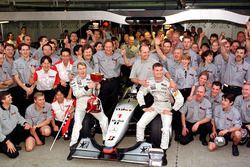 Takımlar Şampiyonu McLaren ve Dünya Şampiyonu Mika Hakkinen, McLaren