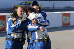 Les équipiers Hendrick Motorsports célèbrent la victoire