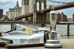El 100o Indy 500 IndyCar con la BorgWarner trofeo Glickenhaus entrevistada