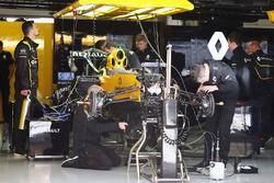 Renault Sport F1 Team RS16 werden in den Boxen vorbereitet
