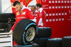Механики Ferrari с шинами Pirelli