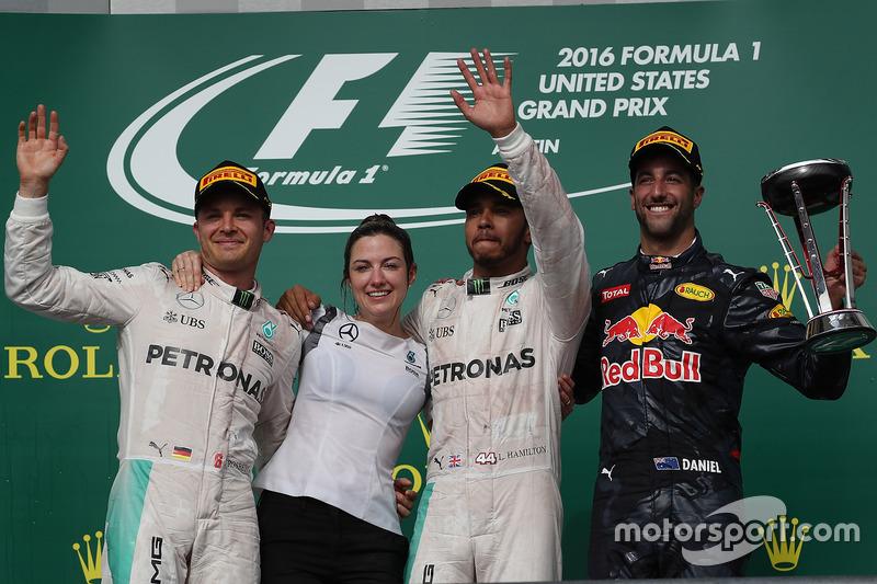 Victoria Vowles en el podio junto a Nico Rosberg, Lewis Hamilton y Danniel Ricciardo.