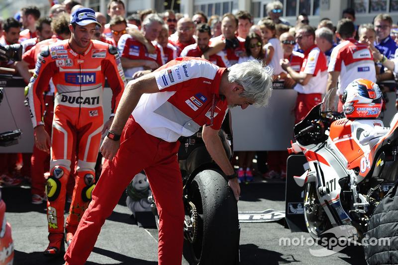 Gigi Dall'Igna, General Manager Ducati Corse, Andrea Iannone, Ducati Team, guardano lo pneumatico