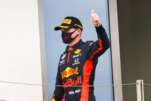 Max Verstappen, Red Bull Racing, secondo classificato, sul podio