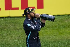 Race winner Lewis Hamilton, Mercedes-AMG Petronas F1 on the podium with the champagne
