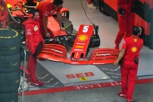 Ferrari mechanics change a wing on the car of Sebastian Vettel, Ferrari SF1000