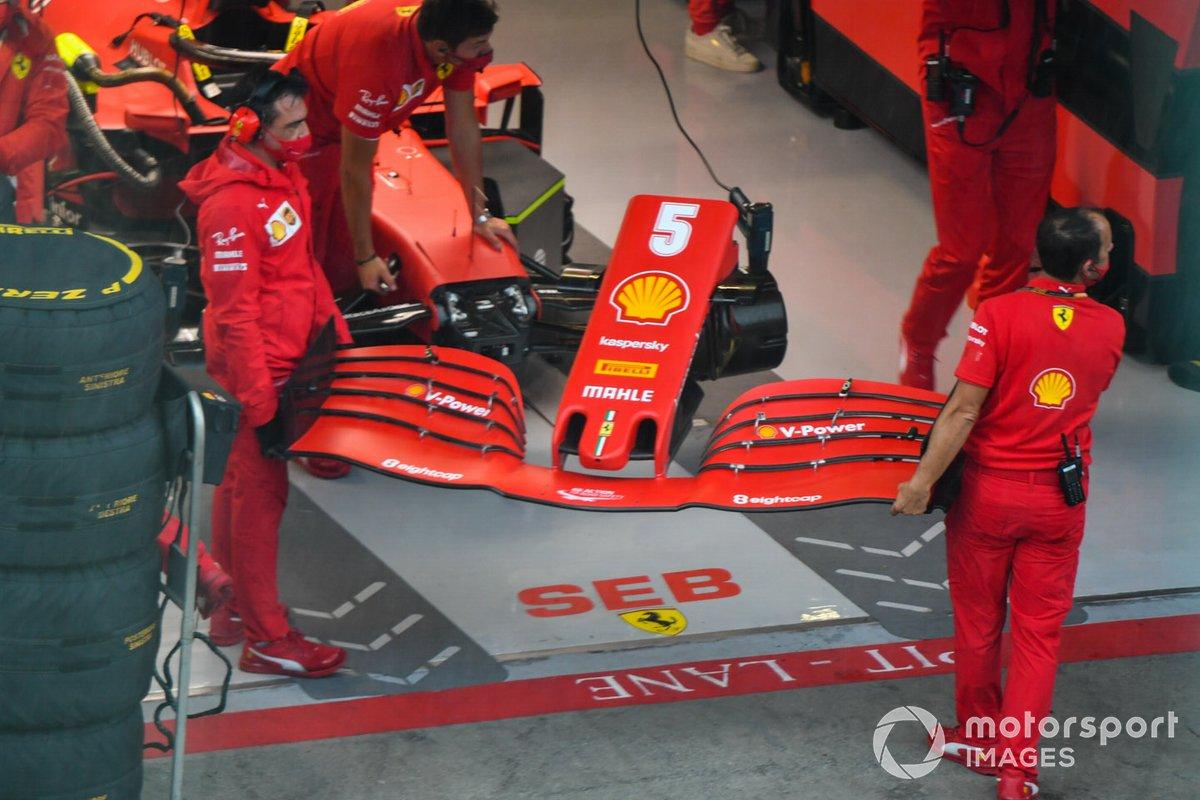 Meccanici Ferrari cambiano un'ala sulla vettura di Sebastian Vettel, Ferrari SF1000