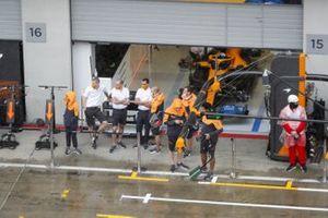 McLaren-leden kijken naar de regen