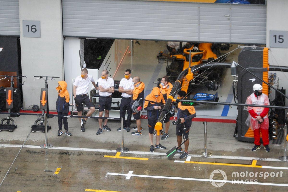 El equipo McLaren bajo la lluvia