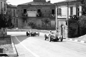 Emilio Villoresi, Alfa Romeo 158 devant Giuseppe Farina, Alfa Romeo 312