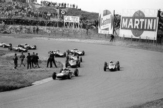 Jim Clark, Lotus 25-Climax, Bruce McLaren, Cooper T66-Climax, Graham Hill, BRM P57, Jack Brabham, Brabham BT7-Climax, Tony Maggs, Cooper T66-Climax, Richie Ginther, BRM P57, John Surtees, Ferrari 156, Jo Bonnier, Cooper T60-Climax y Trevor Taylor, Lotus 25-Climax al inicio