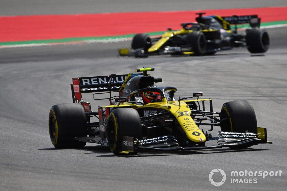 Esteban Ocon, Renault F1 Team R.S.20, precede Daniel Ricciardo, Renault F1 Team R.S.20