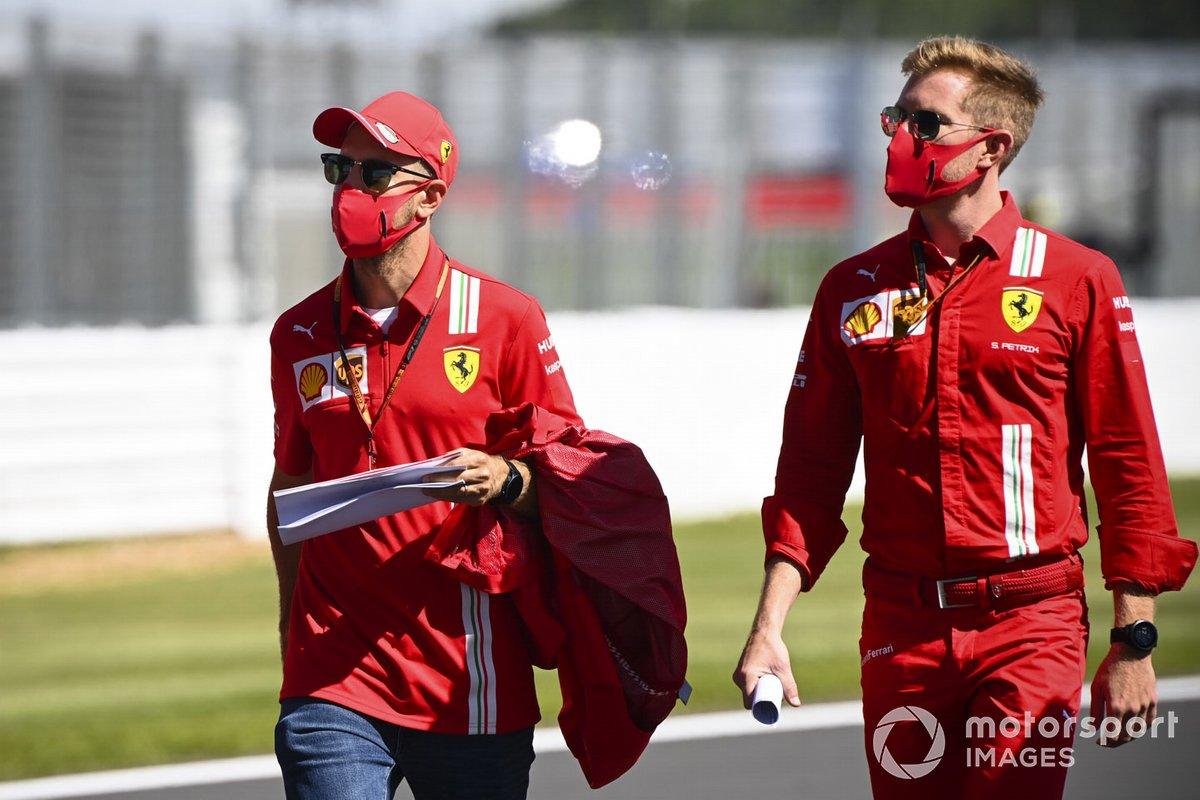 Sebastian Vettel, Ferrari passeggia sulla pista con i suoi ingegneri