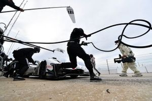#77 Mazda Team Joest Mazda DPi, DPi: Oliver Jarvis, Tristan Nunez pit stop.