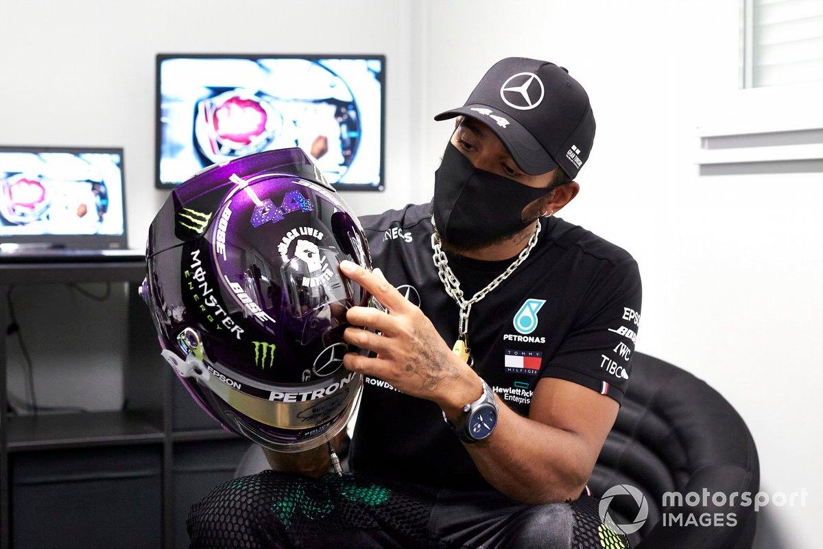 Lewis Hamilton, Mercedes AMG F1, con su casco por el Black Lives Matter