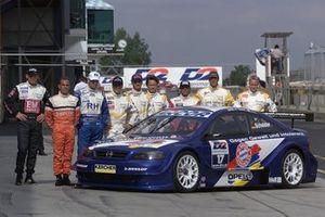 Gruppenfoto: Opel-Piloten der DTM-Saison 2000 mit dem Opel Astra V8 Coupé von Timo Scheider