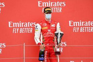 Mick Schumacher, Prema Racing sur le podium avec le trophée et le champagne
