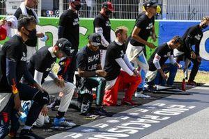 Nicholas Latifi, Williams Racing, Lewis Hamilton, Mercedes-AMG Petronas F1, Sebastian Vettel, Ferrari, y los otros pilotos se arrodillan en la parrilla para apoyar la campaña