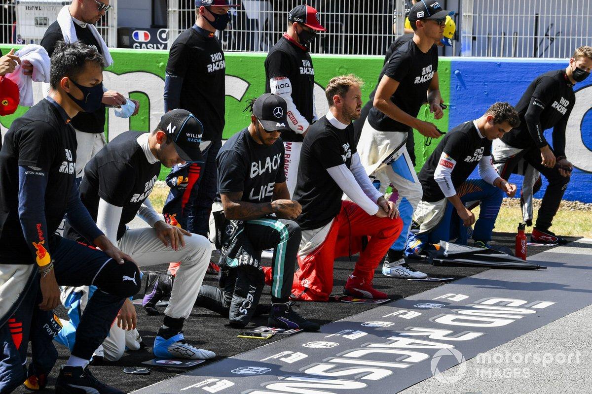 """Nicholas Latifi, Williams Racing, Lewis Hamilton, Mercedes-AMG Petronas F1, Sebastian Vettel, Ferrari, y los otros pilotos se arrodillan en la parrilla para apoyar la campaña """"End Racism"""""""