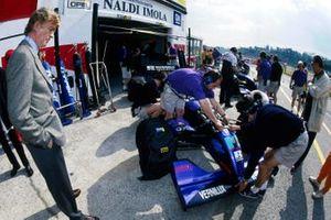 Президент FIA и бывший совладелец Simtek Research Макс Мосли смотрит на Дэвида Брэбэма за рулем Simtek S941