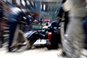 Nico Rosberg, Williams FW31 Toyota, pit stop