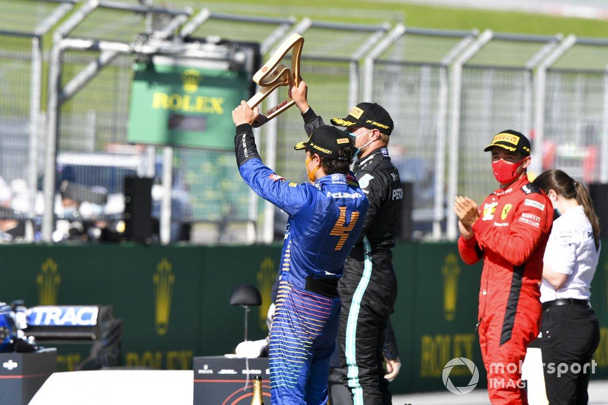 Lando Norris, McLaren celebrates con il trofeo sul podio