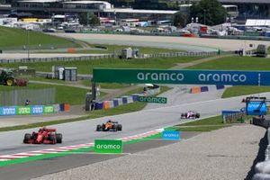Charles Leclerc, Ferrari SF1000, precede Carlos Sainz Jr., McLaren MCL35, e Lance Stroll, Racing Point RP20