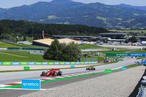 Charles Leclerc, Ferrari SF1000, precede Carlos Sainz Jr., McLaren MCL35